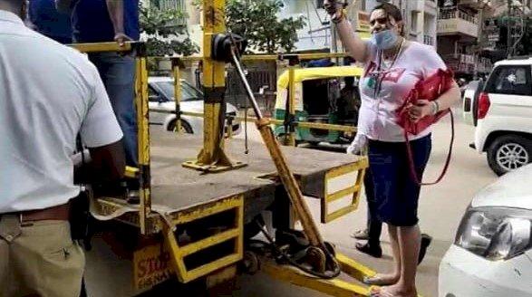 ಕಾರು ನನ್ದು, ಯಾಕ್ರೀ ಟೋಯಿಂಗ್ ಮಾಡ್ತೀರಾ: ಪೋಲೀಸರಿಗೆ ಆವಾಝ್ ಹಾಕಿದ ಮಹಿಳೆ